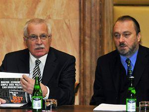 Prezident Václav Klaus (vlevo) se svým tajemníkem Ladislavem Jaklem v jednací síni Ústavního soudu v Brně, který 25. listopadu projednával soulad Lisabonské smlouvy s českým ústavním pořádkem.